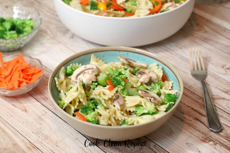 Featured image showing the finished bow tie pasta salad recipe in a bowl ready to eat.