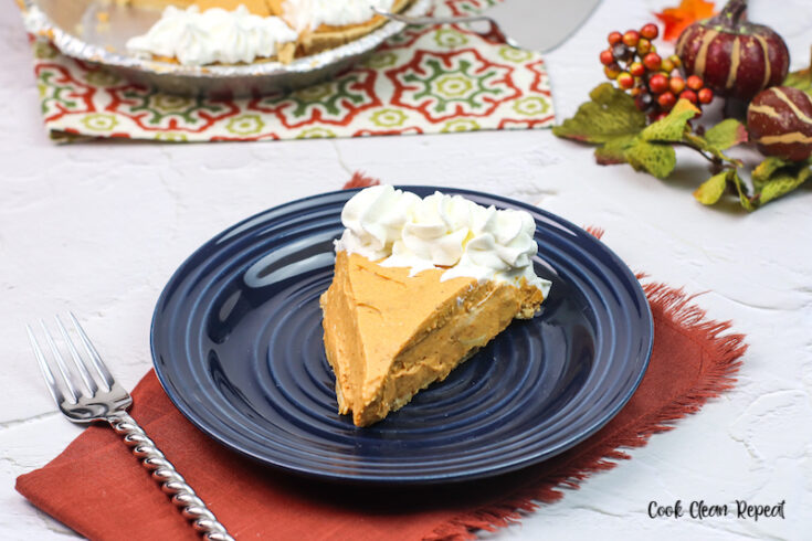 Featured image showing the finished no bake pumpkin pie recipe ready to eat.