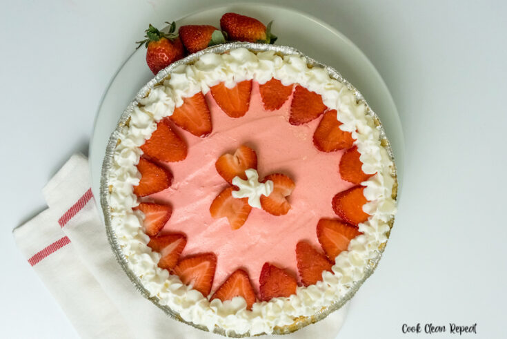 Featured image showing the finished full strawberry jello pie with cool whip.