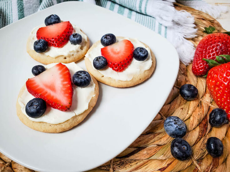Featured image showing the finished fruit pizza dessert ready to eat.